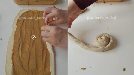 Stende la pasta e spalma la crema, poi chiude e arrotola il tutto: una dolce sorpresa
