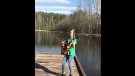 In piedi sul pontile la bimba imbraccia la chitarra e inizia a cantare: la sua voce mette i brividi