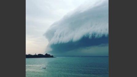 """Uno """"tsunami"""" di nuvole si avvicina alla spiaggia: le spettacolari immagini dalla Croazia"""