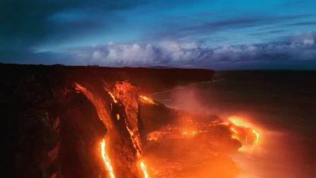 La lava scendere e sgorga dalla bocca del vulcano: l'effetto è spettacolare