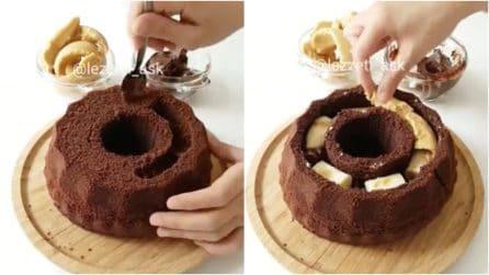 Taglia il ciambellone in questo modo poi lo inizia a farcire: l'idea golosa da leccarsi i baffi
