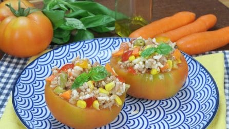 Rice salad served in a tomato: a clever idea for a summer lunch!