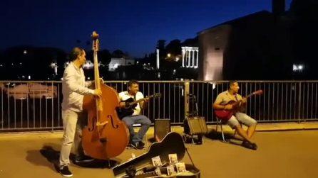 Roma, la piccola orchestra in strada suona Despacito