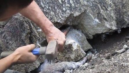 Rompe una parte di roccia e trova dei luccicanti diamanti: una scoperta davvero incredibile