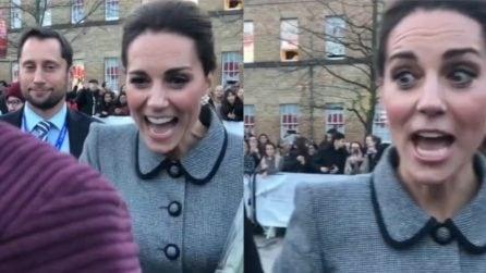 """Una fan italiana saluta Kate: la duchessa risponde con """"Ciao"""""""