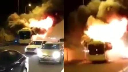 Autobus divorato dalle fiamme: inferno di fuoco in autostrada