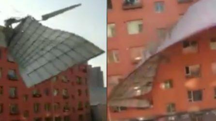 Il vento è fortissimo e spazza via il tetto di un edificio