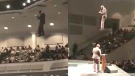 Il prete vola in chiesa: le immagini fanno il giro del mondo