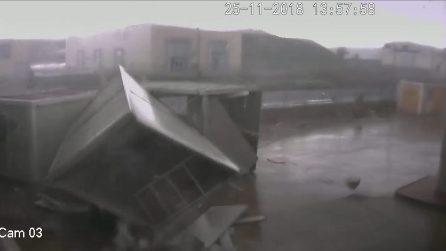 Crotone, la forza impressionante del tornado: container spazzati via e distrutti
