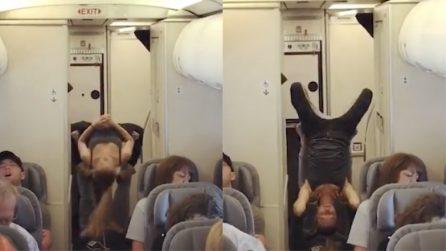 Imbarazzo durante il volo: ecco cosa fa la coppia sull'aereo