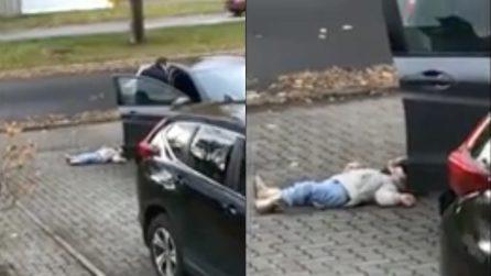 La bimba è stesa a terra sul viale di casa: quando il padre se ne accorge reagisce immediatamente