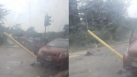 Roma, il palo è conficcato nell'auto: una passante riprende lo strano incidente