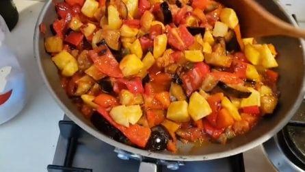Caponata: le verdure fritte incontrano un'irresistibile salsa