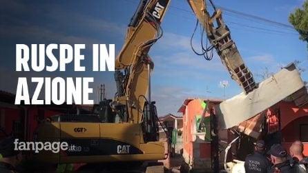 Roma, le ruspe demoliscono le ville abusive dei Casamonica