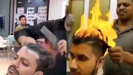 Va dal barbiere per un taglio, non usa le forbici ma dà fuoco ai suoi capelli