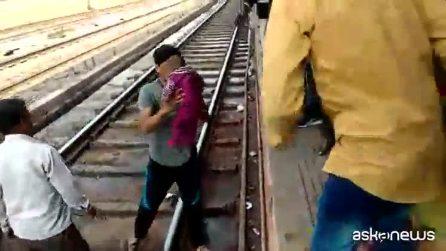 India, bimba cade sui binari mentre passa il treno