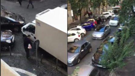 Roma, paralizza il traffico per effettuare una consegna: il comportamento è da non credere