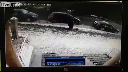 Blocco di ghiaccio si stacca e uccide una donna: le immagini terribili