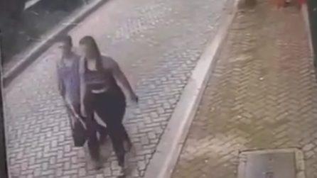 Salva la vita alla sua ragazza e anche la sua: le telecamere riprendono la scena scioccante