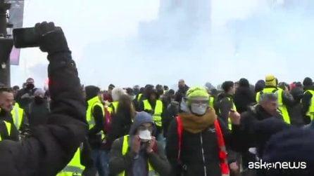 """Tensione a Parigi, lacrimogeni e idranti contro i """"gilet gialli"""""""