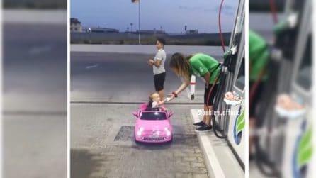 Deve fare benzina come una vera guidatrice: la piccola è divertentissima