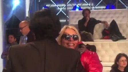 Mara Venier e Renato Zero ballano e si baciano durante le prove di Domenica In