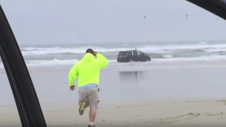 """In auto con i suoi bambini, guida verso l'oceano. I figli urlano disperati: """"Mamma vuole ucciderci"""""""