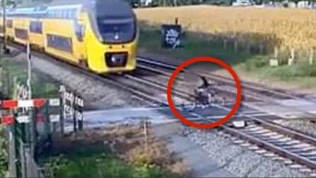 Il treno in corsa non rallenta: terrore sui binari