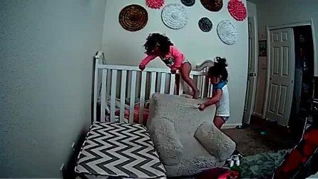 La grande fuga: la piccola vuole fuggire dal letto arriva la sorellina ad aiutarla, la scena comica