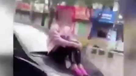 Litigano e il marito va via in auto: la donna si siede sul cofano e si rifiuta di scendere