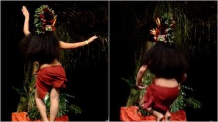 La ballerina ondeggia i fianchi a ritmo forsennato: la sensuale danza vi ipnotizzerà