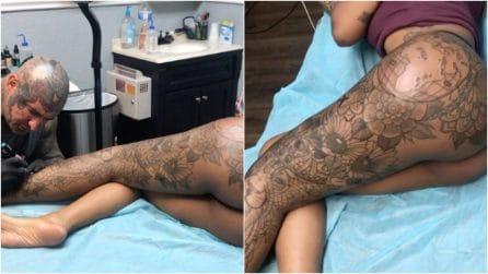 Si stende sul lettino mezza nuda: il tatuatore realizza un maxi-disegno sulla gamba