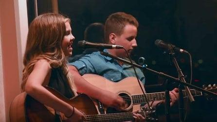 Lui con una chitarra elettrica, lei con una voce meravigliosa: due fantastici, giovani talenti