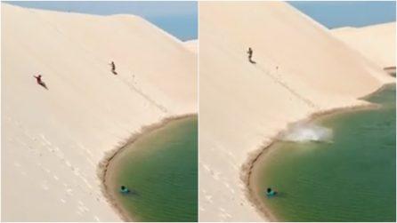 Brasile, i turisti si tuffano in acqua scivolando lungo le dune: la bellezza unica di Jericoacoara