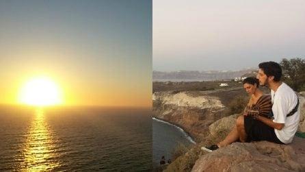 Il dolce canto di una coppia mentre ammira lo spettacolare tramonto a Santorini