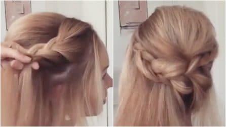 Crea una treccia laterale poi raccoglie i capelli: un'acconciatura elegante e romantica