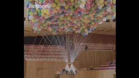 Appesa a 20mila palloncini: l'artista disabile sfida la paura alla ricerca della felicità