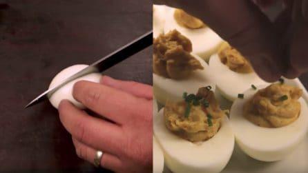 Taglia le uova sode in due, poi le farcisce così: una ricetta elegante e raffinata