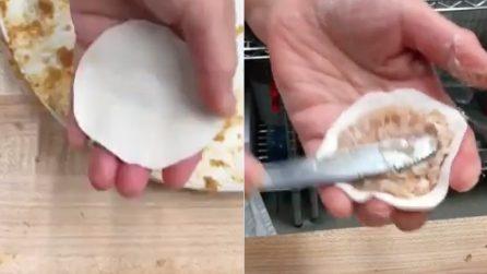 Realizza dei dischetti di pasta e li farcisce con una tecnica speciale: il delizioso risultato