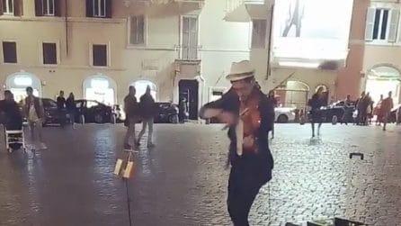 Roma, il violinista suona un grande successo: la meravigliosa performance a piazza di Spagna