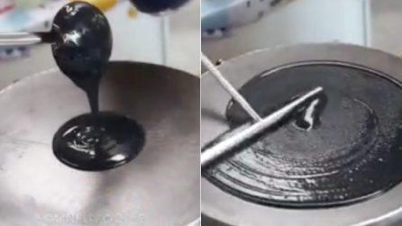 Versa l'impasto nero sulla piastra: un dolce che vi lascerà a bocca aperta