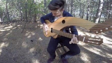 Seduto nella foresta con uno strano strumento: la bellissima interpretazione di uno storico successo