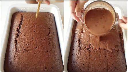 Buca la torta e versa sopra la salsa al cioccolato: un dolce semplice e gustoso