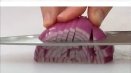 Come tagliare la cipolla in maniera veloce e uniforme