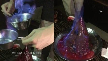 Versa il liquore ardente sul vulcano di cioccolato per svelare una golosa sorpresa