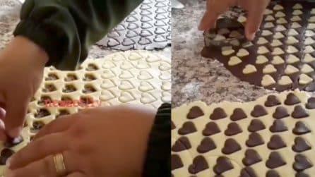 Tanti piccoli cuori di cacao nell'impasto, poi il tocco finale: quello che prepara è fantastico