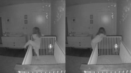 Telecamera nascosta nella stanza della figlia: ciò che scopre è sorprendente