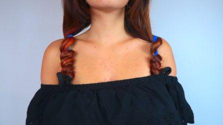 Avvolge i capelli attorno alla bretella del reggiseno: il trucchetto geniale