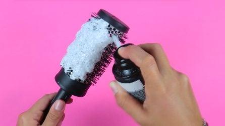 Mette la schiuma da barba sulla spazzola: il rimedio da provare