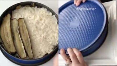 Mette le melanzane sul riso e poi capovolge la teglia: crea un piatto delizioso